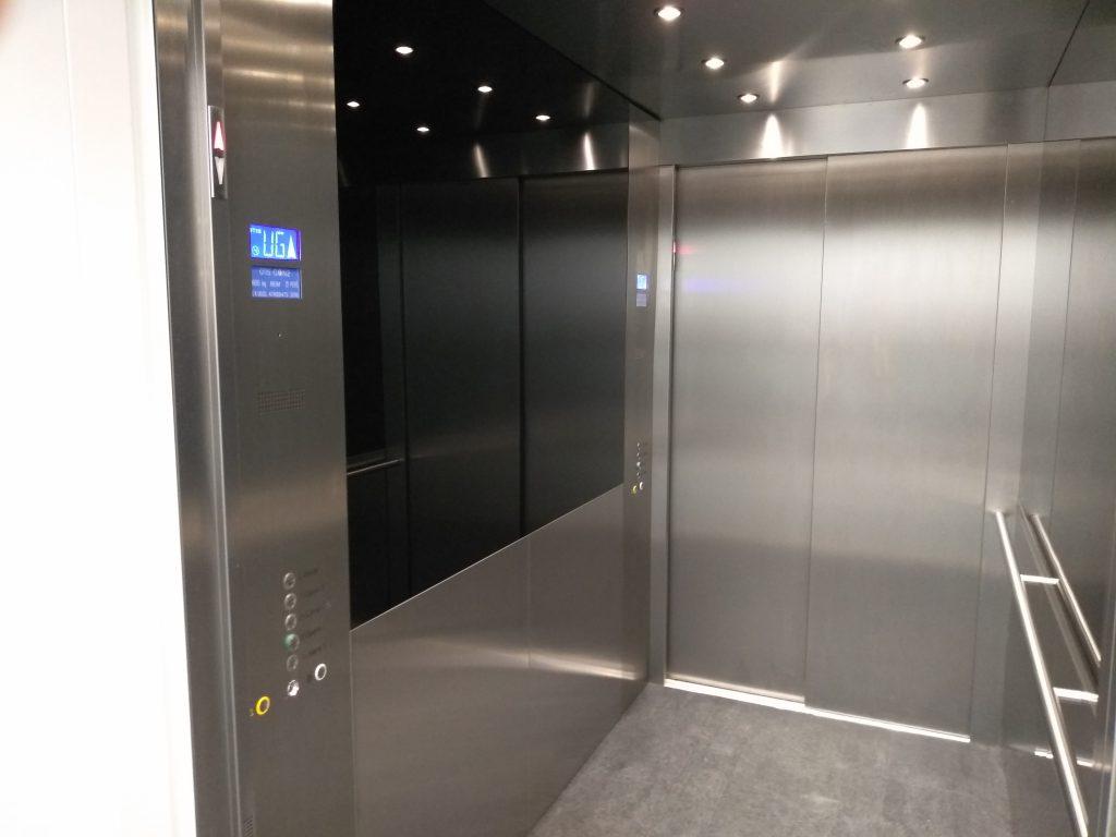 Auskleidung einer Aufzugskabinen in Edelstahl mit schwarzem beschichteten ESG-Glas Innenansicht